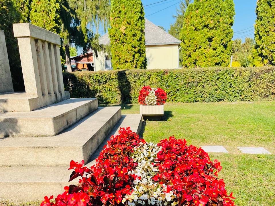 szobor és virág